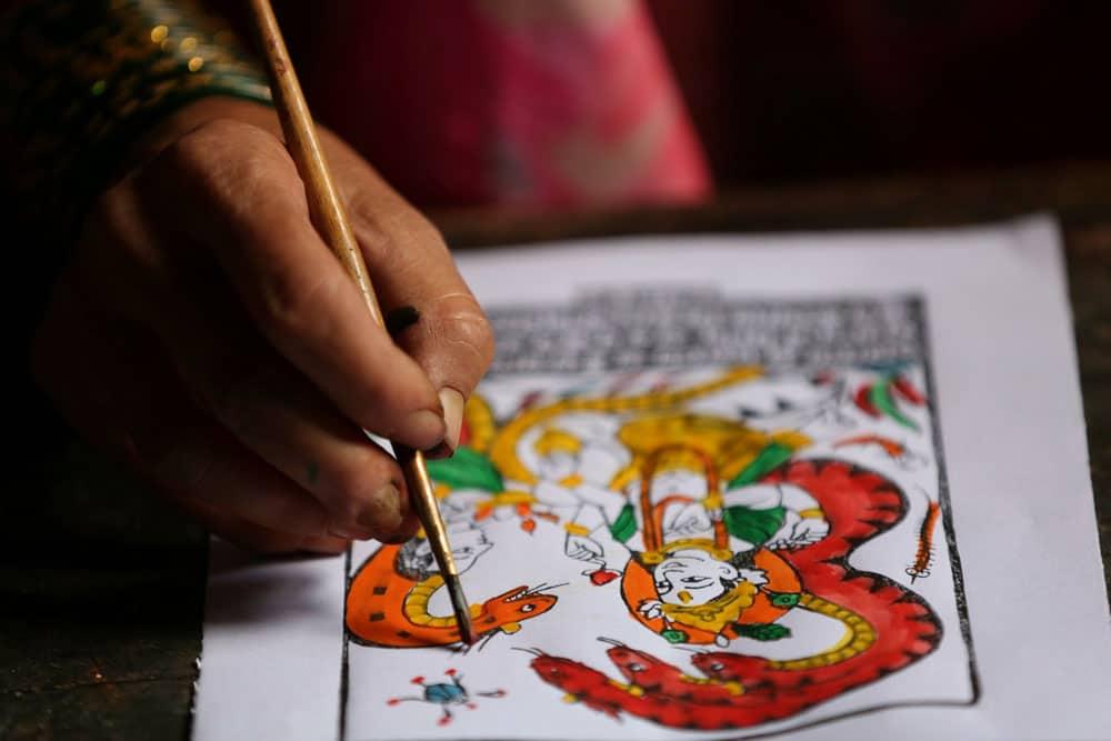 El papel Lokta es típico de Nepal. Se fabrica en forma absolutamente artesanal, extrayendo las fibras vegetales de la corteza de unos arbustos que crecen en las alturas de los Himalayas, proceso tradicional que se ha transmitido por generaciones y que se mantiene a través del tiempo.