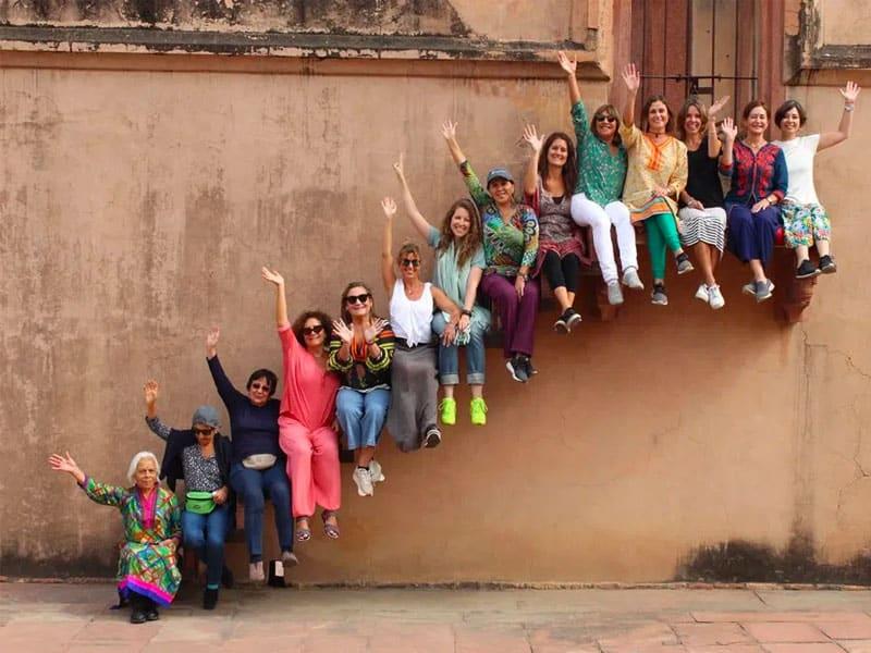 Grupo de mujeres en el viaje