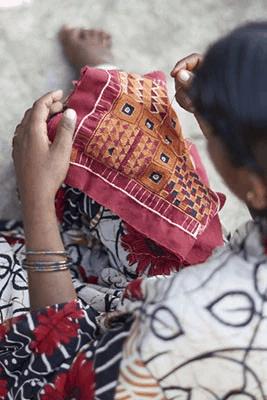 Persona tejiendo